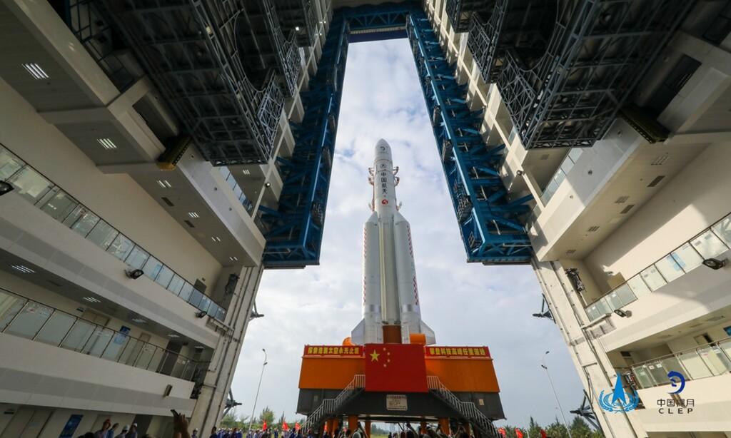China lanza con éxito su última misión a la Luna: busca ser el tercer país de la historia en traer muestras lunares a la Tierra