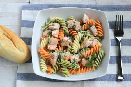 Ensalada de Fusilli tricolore con salmón y salsa de eneldo