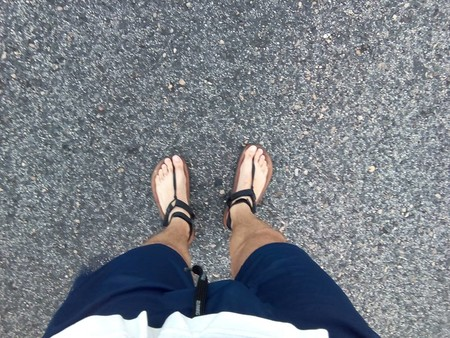 Esto es lo que se siente corriendo con sandalias: hablamos con Santacenero, runner minimalista