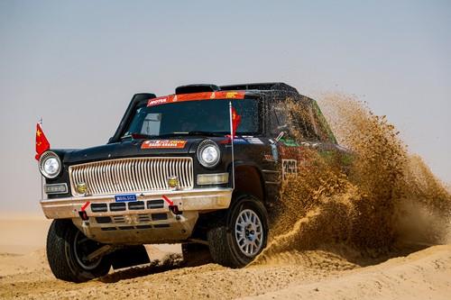 Correr el Dakar con el coche presidencial chino y terminarlo: tres Hongqi CA770 de 1959 saltando por el desierto