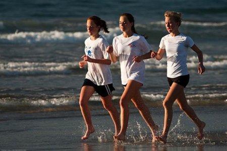 Correr descalzos por la playa, la mejor manera de practicar carrera en verano