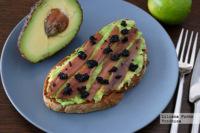 Tosta de aguacate y anchoas con caviar vegetal. Receta saludable