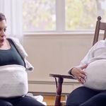 Un cinturón permite a una madre sentir los movimientos de sus gemelas en el vientre de la madre subrogada
