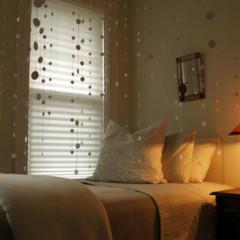 Foto 1 de 5 de la galería una-cortina-con-pegatinas en Decoesfera