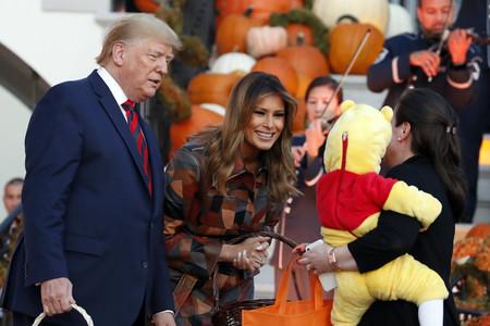 La gabardina de patchwork y piel de más de 5.500 euros con la que Melania Trump ha entregado caramelos a los niños por Halloween