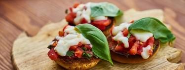Mini muffins con sofrito de jitomate, queso manchego y arúgula. Receta de desayuno ligero