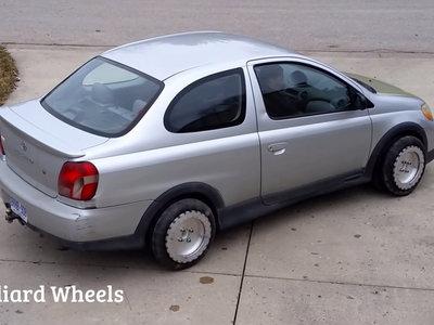 Si te cuesta aparcar, lo más raro que verás hoy te interesa: un Toyota Echo que gira sobre sí mismo