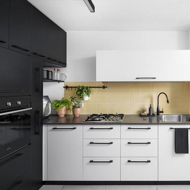 17 cocinas que demuestran que mezclar muebles y acabados en la cocina es un éxito