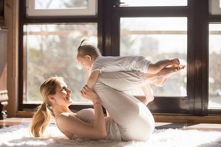 jugar con el bebé boca Abajo