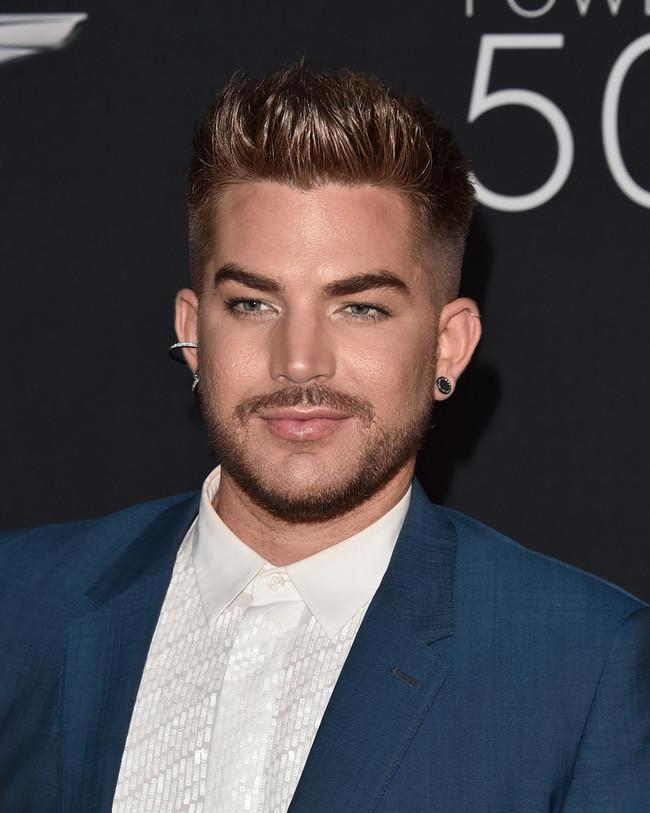 De Azul Y En Plataformas El Look De Adam Lambert En La Gala De Out Magazine 1