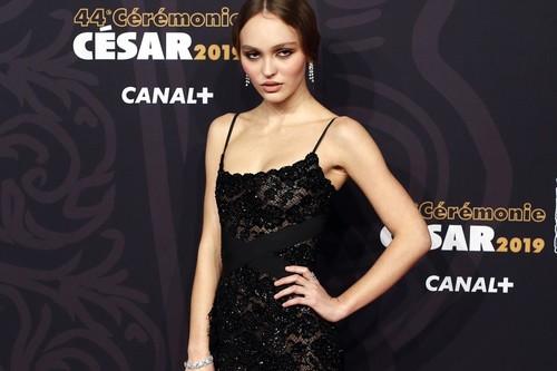 Premios César 2019: Lily-Rose Depp luce el perfecto look de fiesta con un vestido negro