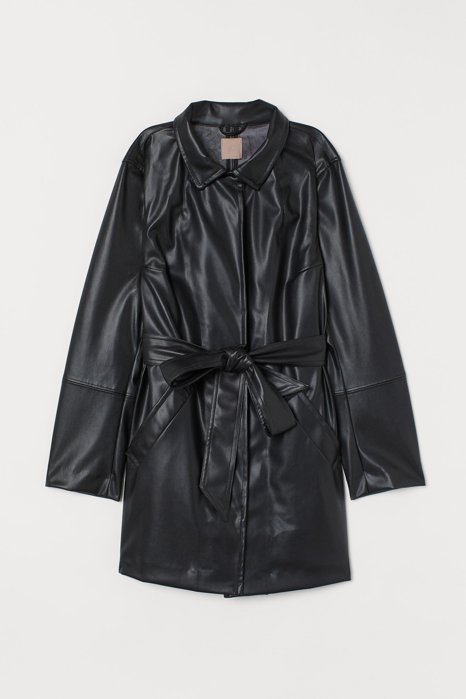 Abrigo en piel sintética con cinturón