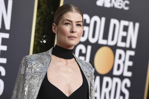 Rosamund Pike llegó a los Globos de Oro 2019 con lentejuelas plateadas y un diseño de lo más original, esto si que mola