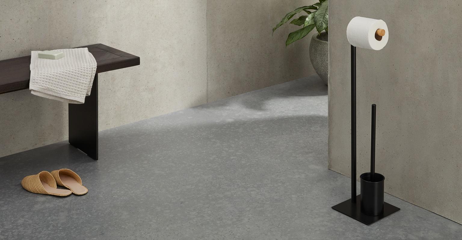 Soporte para papel higiénico y escobillero de madera y metal Huldra, negro