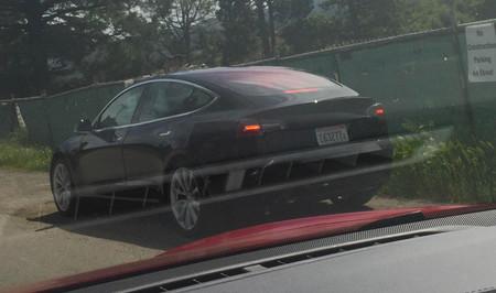 Un Tesla Model 3 negro se deja grabar en vídeo a plena luz del día: nos enseña nuevos sensores