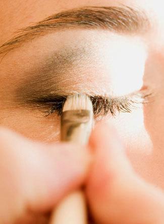 Maquillar los ojos para que parezcan más grandes