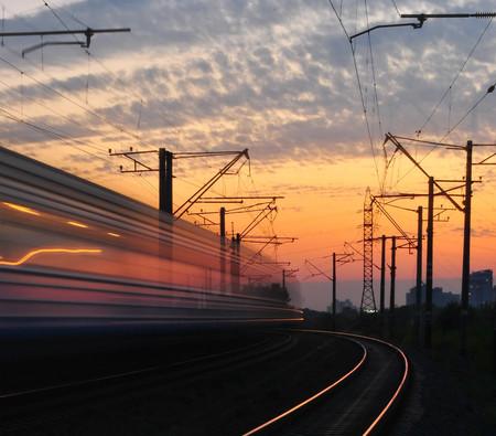 ADIF quiere usar la frenada regenerativa de los trenes para cargar los coches eléctricos en sus propias estaciones