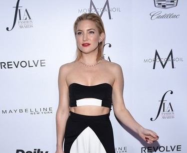 Kate Hudson confirma su adicción a los crop tops en los Daily Front Row Fashion Awards