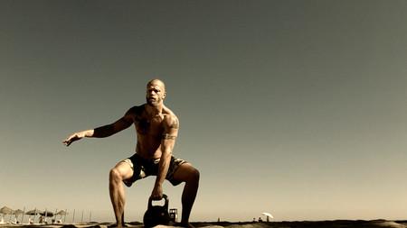 Tres ejercicios con pesas rusas o kettlebells para trabajar tus abdominales