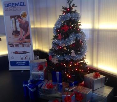 Haciendo los adornos navideños en el taller de Dremel