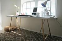 Da un toque de glamour a tus mesas de IKEA pintando sus patas de dorado