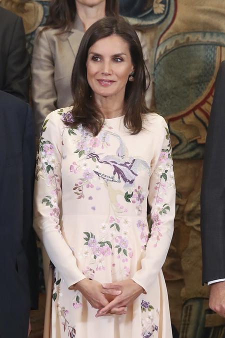 """Doña Letizia vuelve a apostar por un look """"low cost"""" reciclando su vestido preferido de Asos"""