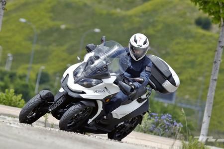 Probamos el Quadro Qooder, el único scooter de cuatro ruedas que ha mejorado (y aún puede hacerlo más)
