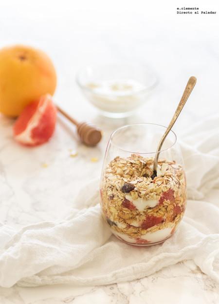 Crujiente con pomelo y yogur en vasito
