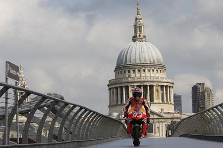 Marc Márquez se da un paseo sobre el Millennium Bridge a lomos de la Honda RC213V