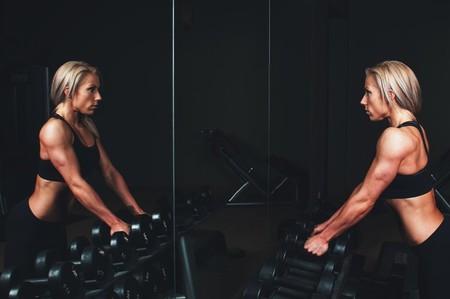 Ir al gimnasio te ayuda a verte mejor y no solo gracias al ejercicio: los espejos tienen mucho que ver