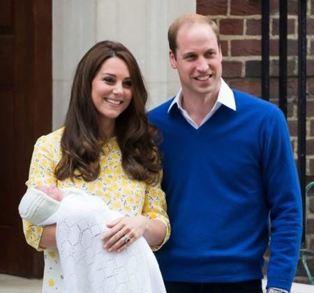 Copiamos el vestido de flores amarillas de Kate Middleton al salir de la clínica