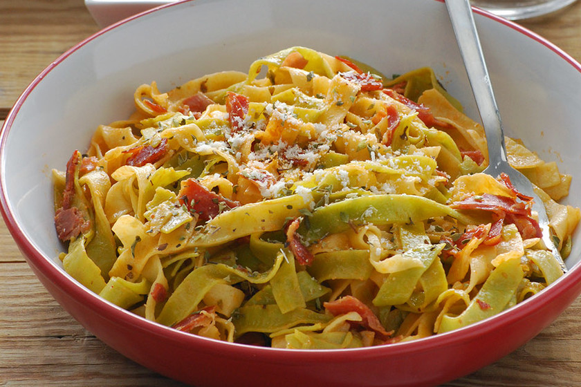 Tagliatelle paglia e fieno con nata y jamón: receta italiana fácil y rápida