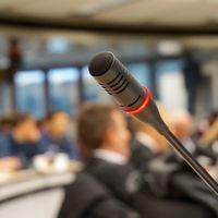 Hacer bromas durante las presentaciones o entrevistas está muy bien. Pero sólo si eres hombre