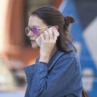 ¿Pondrá Katie Holmes de moda los abrigos largos vaqueros para esta primavera? Nosotros pensamos que absolutamente