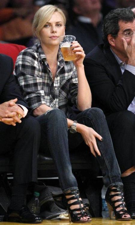 Charlize Theron birra