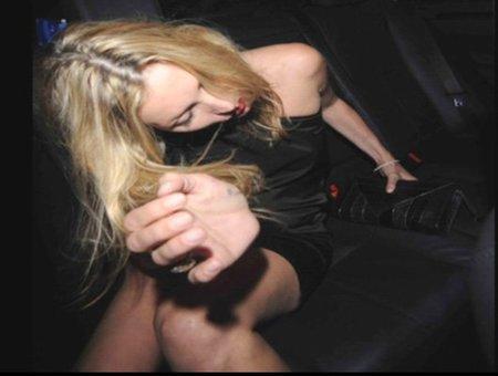 A Kate Moss le sigue gustando demasiado empinar el codo