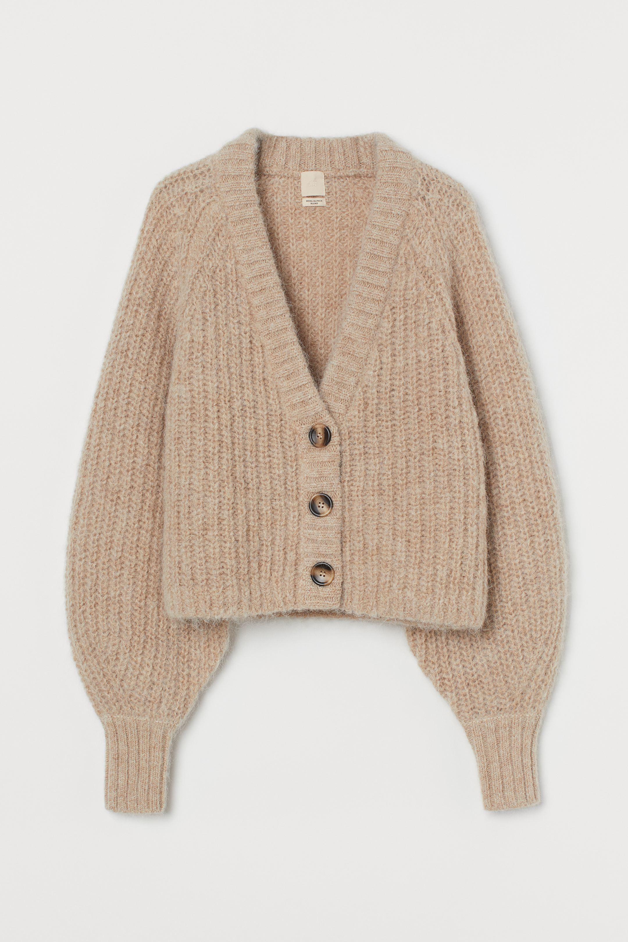 Cárdigan corto en punto de mezcla de lana y alpaca para un acabado suave con pelo. Escote de pico, botones delante y mangas amplias algo más ceñidas en los puños.