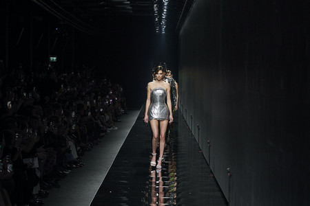 Sensualidad, sobriedad y tendencias como el cut out y la mezcla de estampados conviven en armonía en el desfile de Versace Otoño-Invierno 2020/2021