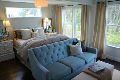 Puertas abiertas: un dormitorio romántico en azul y dorado