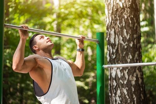 Más allá de las dominadas, estos son los ejercicios que puedes realizar en barra fija