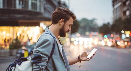 Una ciudad japonesa estudia prohibir el uso del móvil a los peatones a medida que aumentan las caídas y los accidentes