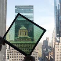 Esta ventana es capaz de generar energía gracias a un panel solar transparente