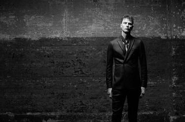 Machine Gun Kelly en la campaña de John Varvatos seguro te inspira a vestirte como una estrella de rock