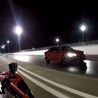 El Tesla Model S no es imbatible: el Ferrari F8 Tributo de 720 CV le hace morder el polvo en esta carrera de aceleración, en vídeo
