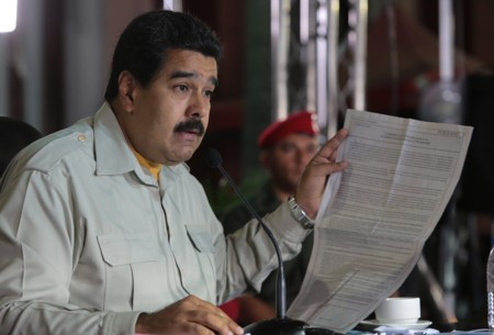 Por qué Venezuela tiene que devaluar su moneda y subir un 6.000% la gasolina