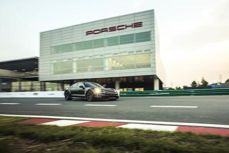 El Porsche Taycan 'sólo' podrá cargar a 250 kW cuando llegue al mercado, y a 350 kW en 2021
