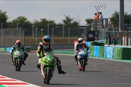 Adrián Huertas completa el doblete en Magny-Cours para seguir marcando terreno en el mundial de Supersport 300
