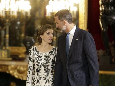 Felipe Varela vuelve a estar en la lista de clonado ¡y pillado! con un look de Doña Letizia