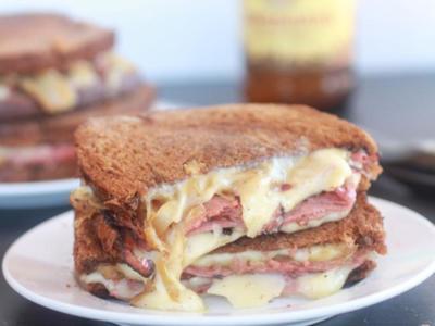 Receta de un delicioso planchado de lacón con queso fundido y cebolla caramelizada