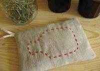 Una bolsita con huesos de cerezas